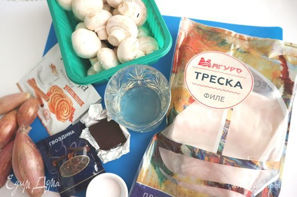 Приготовить все необходимое. Филе трески «Магуро» заранее (часов за 6) переложить из морозильной камеры в холодильник. Шоколад натереть на мелкой терке. Грибы помыть, обсушить салфеткой.