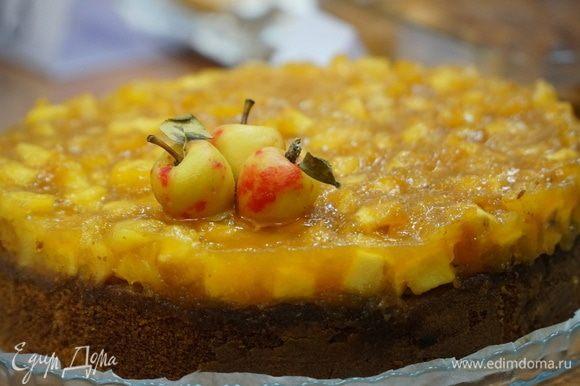 Пирог понравился всем и занял призовое место. Нежный ароматный бисквит, вкусный яблочный слой и привлекательный вид пирога может стать украшением праздничного стола. Приятного аппетита.