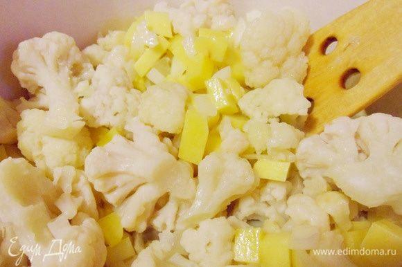 Затем добавляем в кастрюлю замороженную цветную капусту ТМ «Планета витаминов».