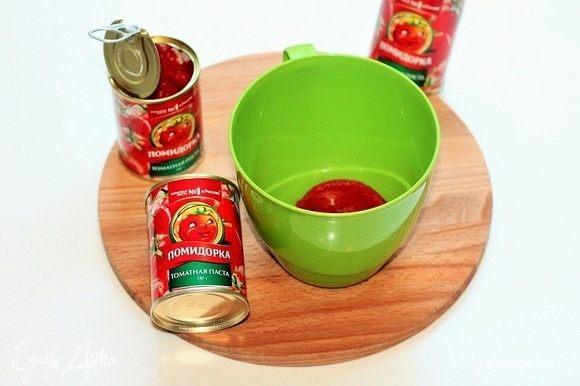 В чашу блендера кладем 1 ст. л. томатной пасты ТМ «Помидорка» и смешиваем с 2 ст. л. воды и 2 ст. л. оливкового масла. Добавляем в чашу очищенный и порубленный чеснок, листики петрушки, приправу, соль и острый перец по вкусу. Можно добавить щепотку сахара.