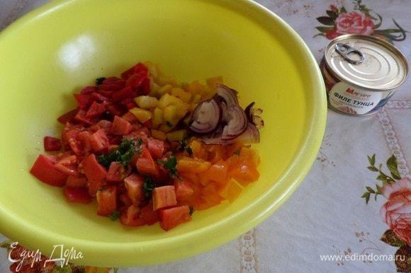 Выкладываем нарезанные овощи в чашку.