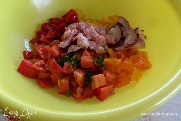 В чашку к нарезанным овощам добавляем филе тунца ТМ «Магуро». Добавляем нарезанную зелень, оливковое масло, соль и 2–3 капли соуса табаско.