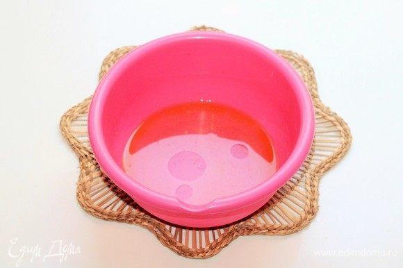 Теплую воду смешать с оливковым маслом и добавить щепотку сахара (по желанию) и соль (1/3 ч. л.).