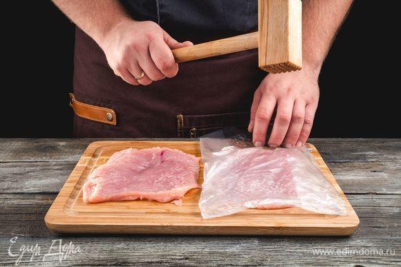 Сделайте продольные разрезы на каждом филе, раскройте как книгу, разрежьте пополам. Каждую часть заверните в пищевую пленку и отбейте молотком.