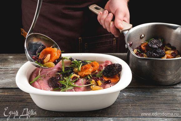 Переложите свинину в глубокую форму с маринадом и сухофруктами, закройте фольгой и запекайте час при 200°C. Затем снимите фольгу и готовьте еще 10 минут.