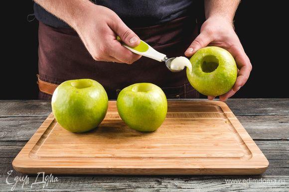 Срежьте у яблок шляпки, аккуратно удалите сердцевину и часть мякоти, чтобы получились чашечки.