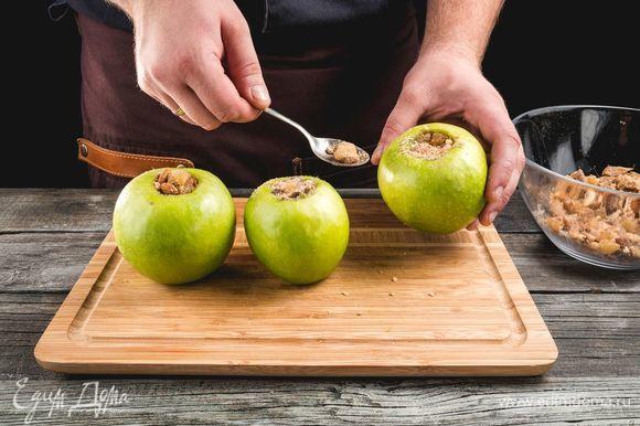 Наполните яблоки орехами и сухофруктами ТМ «Семушка», сделайте проколы зубочисткой по бокам.