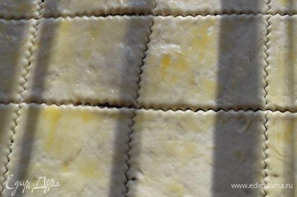 Сделать опару из теплого молока, дрожжей, сахара и 100 г муки. Оставить ее бродить. Как поднимется в 2 раза, добавить теплую воду, муку оставшуюся, соль и 50 г растопленного масла, все остальное. Замешиваем тесто в течение 15–20 минут. Оставляем подходить тесто. Раскатать тесто в пласт, смазать оставшимся растопленным маслом и нарезать тесто по ширине вашей формы. Масла оставим немного, чтобы смазать верхушку.