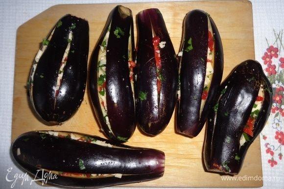 Разрезы в баклажанах начинить полученной смесью сыра и овощей. После фарширования у меня осталась часть начинки, которую я использовала для приготовления горячих бутербродов.