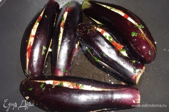 В сковороду налить большую часть масла, разогреть, обжарить баклажаны со всех сторон.