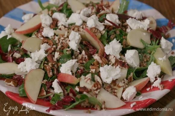 Добавить в салат теплую гречку, перемешать и выложить на блюдо, сверху разложить яблоки, посыпать все орехами и измельченным руками козьим сыром.