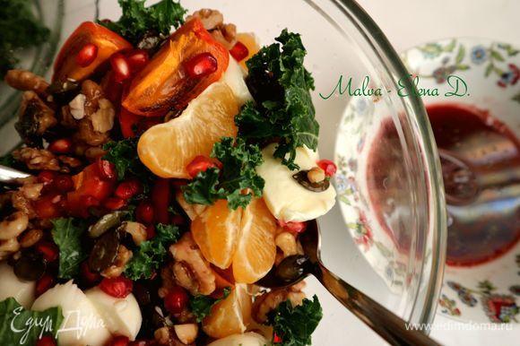 Добавить соус в салат перед употреблением.