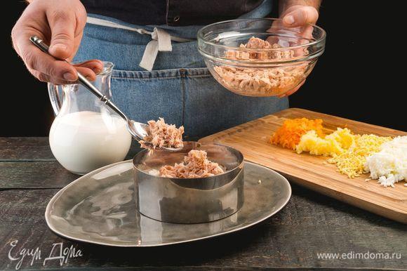 Далее слоями выкладывайте яйца, морковь, лук и картофель. Каждый слой смазывайте натуральным йогуртом.