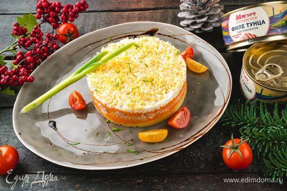 Сверху посыпьте салат солью и тертым сыром. Новогоднее блюдо готово!