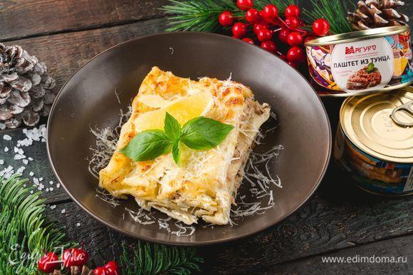 Запекайте при температуре 180°C в течение 20 минут. Перед подачей посыпьте натертым сыром.