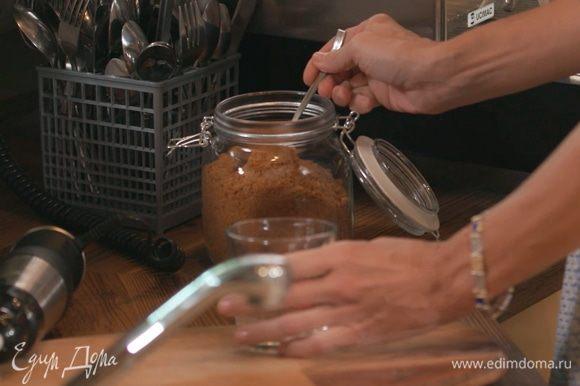 Взбить сливки до средней густоты. В чашку добавить сахар по вкусу и немного какао.