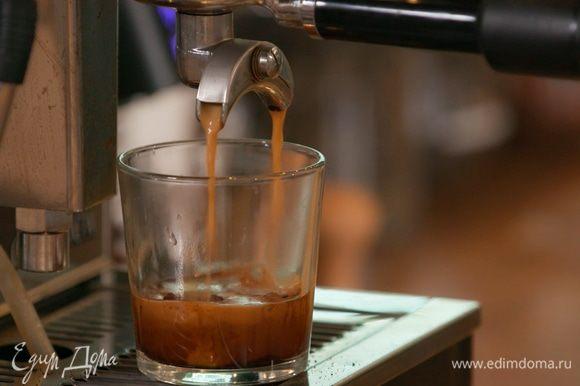 Налить в чашку свежесваренный крепкий кофе.