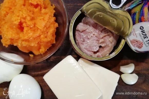 Сольем жидкость из баночек с тунцом, морковь измельчим в процессоре.