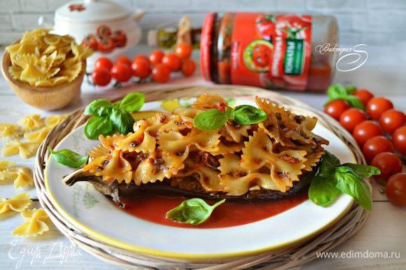 Готовое блюдо тут же подавайте к столу, украсив свежими листьями базилика. Buon appetito!