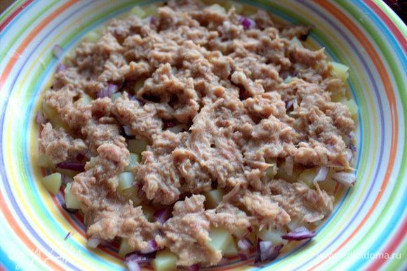Размять вилкой и нанести слоем на картофель.