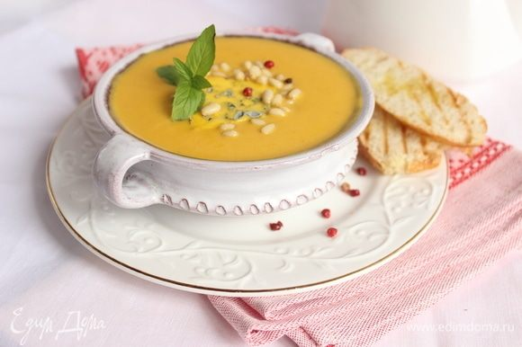Разливаем по мискам, щедро посыпаем кедровыми орешками, украшаем зеленушкой и подаем с поджаренной на гриле чиабаттой. Приятного аппетита и яркого солнышка всем!