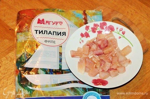 Филе тилапии ТМ «Магуро» заранее разморозить, нарезать и выложить в чашу блендера.