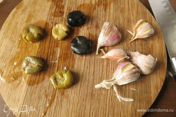 Раздавить оливки, вынуть косточки. Раздавить чеснок.