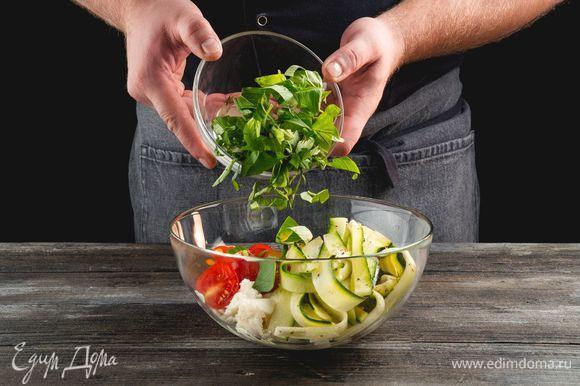 Соедините в салатнике маринованные цукини, томаты, моцареллу и базилик, заправьте все бальзамическим уксусом и перемешайте.