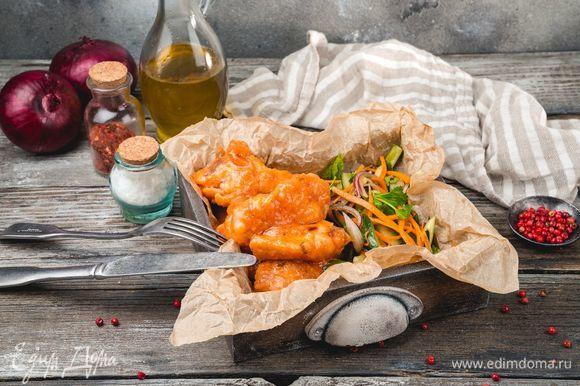 Готовые крылышки залейте томатным соусом. Дайте крылышкам настояться еще 5 минут, и можно подавать их к столу. Они станут хорошим дополнением к крафтовому пиву American chicks ТМ «ЛЭП». Приятного аппетита и хорошего вечера!
