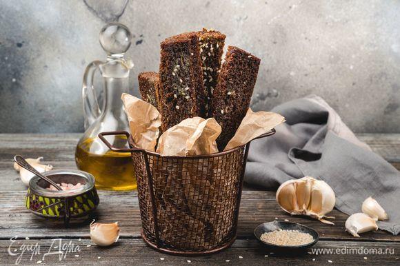 Чтобы пряный аромат чувствовался ярче, натрите гренки долькой чеснока. Эта закуска идеальна в сочетании с крафтовым пивом «Булатная сила» ТМ «ЛЭП». Приятного аппетита!