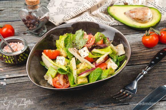 Посолите и поперчите салат, полейте заливкой и перемешайте. Насладитесь вкусным салатом в сочетании с крафтовым пивом «Красная жара» ТМ «ЛЭП». Приятного аппетита!