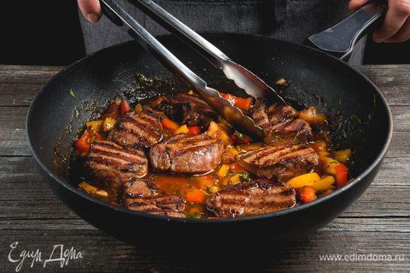 Кусочки свинины положите в сковороду и пассеруйте вместе с овощами.