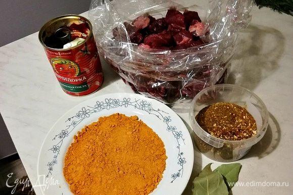 Берем пакет для запекания, кладем в него говядину, паприку, специи, соль, лавровый лист, томатную пасту ТМ «Помидорка», наливаем в пакет стакан кипяченой воды (250 мл).