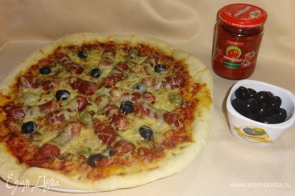 Готовую пиццу вынуть из духовки, выложить на блюдо. Подавать горячей, разрезав на порции. Прошу к столу! Приятного аппетита!