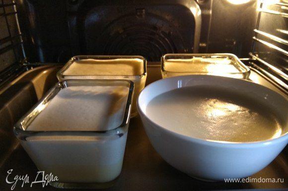 И поставить в духовку примерно минут на 50–55. Когда крем затянется корочкой, можно вынимать!