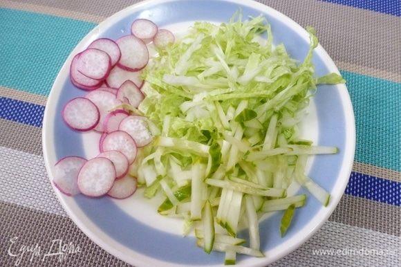 Пекинскую капусту нарезать соломкой вместе со свежим огурцом. Сдобрить растительным маслом. Солить или нет, зависит от того, какой соус будет подан к спринг-роллам. Но я предпочитаю не солить. Редиску нарезать кружками.