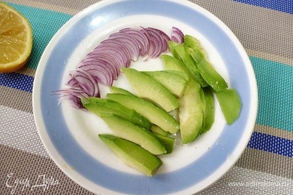 Авокадо нарезать ломтиками, сладкий лук — перьями. Полить все соком лимона.