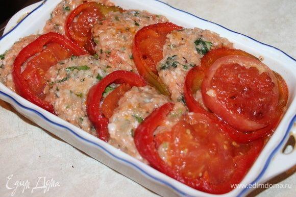 На сковороде обжарить помидоры с перцем с двух сторон. Затем в форму складываем котлету, за ней — перец с помидором и так чередуем. Запечь при температуре 180°C в духовке в течение 30 минут.