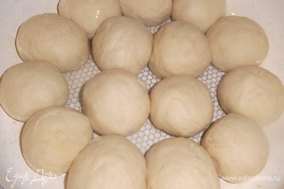 Накрыть пленкой, дать подняться. Подошедшее тесто разделить на части размером с куриное яйцо. Скатать в шарик. Уложить в смазанную маслом форму, накрыть и оставить для расстойки минут на 40–50.