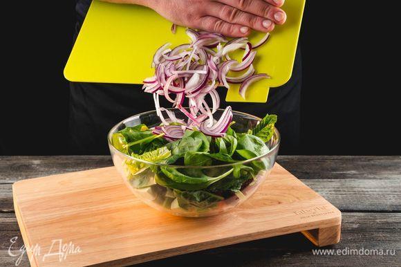 Соедините все ингредиенты в салатнике, посолите.