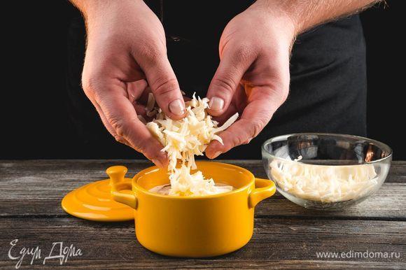 Посыпьте креветки тертым сыром.