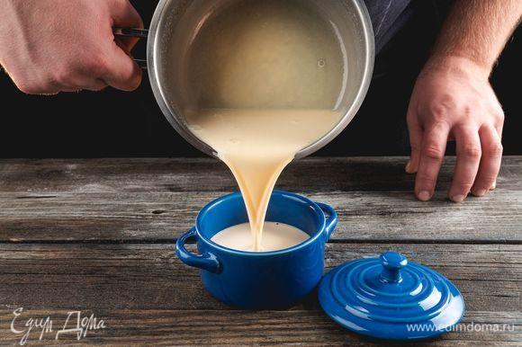 Горячую массу вылейте в кокотницу Faberlic by Julia Vysotskaya, поставьте в глубокую форму для запекания и залейте горячей водой так, чтобы она немного ее покрывала.