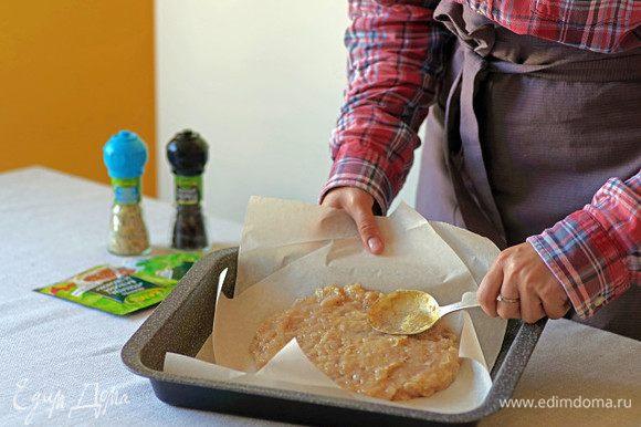 Перемешайте и выложите на противень, выстеленный пергаментом, придав форму круглой лепешки 0,8 см толщиной.