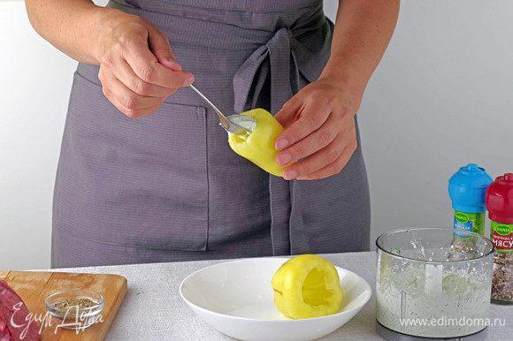 Измельчите в блендере брынзу, свежую зелень и чеснок. Начините сырной смесью очищенные от семечек перцы.