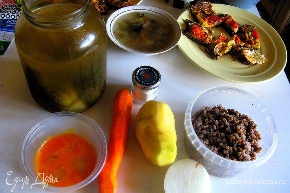 Готовить очень легко и просто, но, конечно, огурцы тут играют главную роль. Совет: брать именно соленые, но можно и маринованные, тогда в рассол добавляем пару щепоток соды. Гречневую крупу лучше отварить заранее — так приготовление супа ускорится в разы.