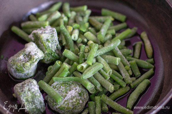 В сковороде разогреть оливковое масло, добавить шпинат и стручковую фасоль, прогреть в течение 3 минут.