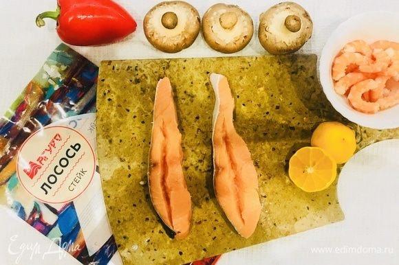Филе лосося надрежьте вдоль в виде кармашка, полейте лимонным соком, посолите и поперчите.