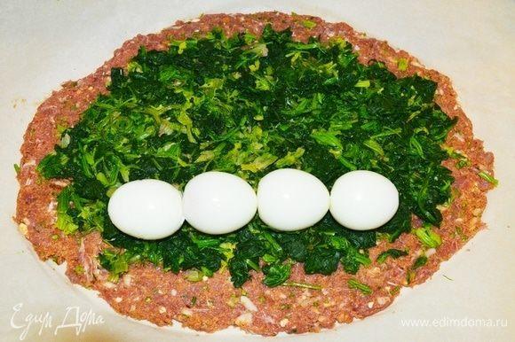 Распределить шпинат и вареные яйца. Завернуть как рулет, начиная от себя, аккуратно.