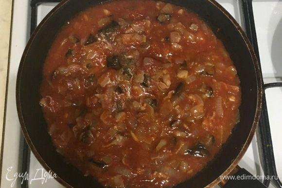 Добавьте грибы и помидоры, посолите и поперчите.