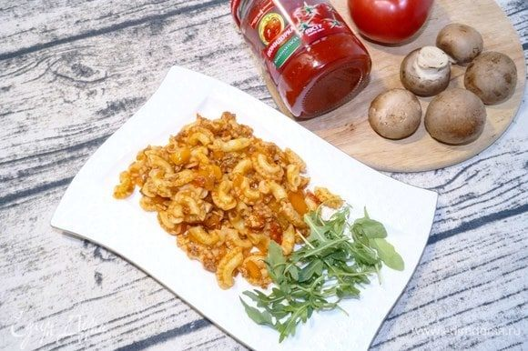 Подавать к столу в теплом виде как самостоятельное блюдо, дополнив овощами или овощным салатом.